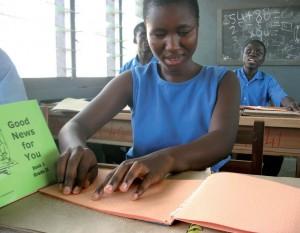 Schülerin der Blindenschule in Akropong in Ghana (Foto: Weltbibelhilfe)