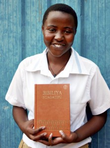 Studentin mit ihrer ersten Bibel (Foto: UBS)