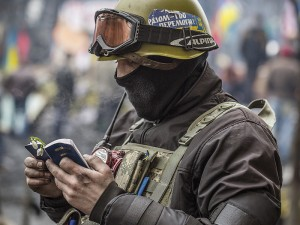 Ein Soldat auf dem Maidan liest dei Bibel. Foto: Weltbibelhilfe