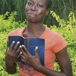 Eine junge Ghanaerin mit der Bibel in Dagaare (Foto: Weltbibelhilfe)