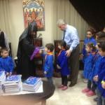 Bischof Armash Nalbandian von der Armenisch-Apostolischen Kirche in Syrien verteilte mit Helfern in Aleppo und Damaskus die Kinderbibel zum Selbstgestalten an Jungen und Mädchen. (Foto: Weltbibelhilfe)