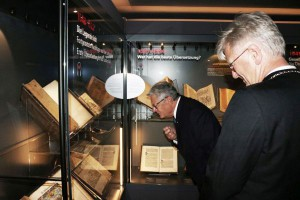 Joachim Gauck und Heinrich Bedford-Strohm in der Ausstellung