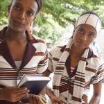 Äthiopische Frauen mit Bibeln in der Sprache Sidama.