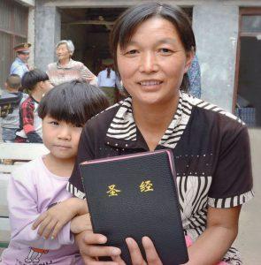 Die chinesische Christin Chen Guo mit ihrer Enkeltochter Xueli (Foto: Weltbibelhilfe