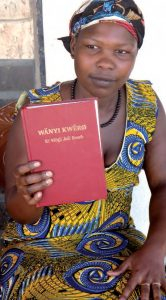 Ozoonwa Nyumbe lernte Lesen und Schreiben mit der Bibel. Foto: UBS