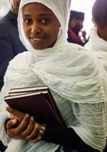 Junge Frau aus Äthiopien mit Neuem Testament auf Ge'ez